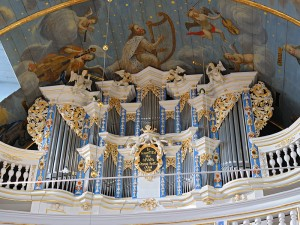 Sankt-Lukas Orgel mit Teilansicht der Decke