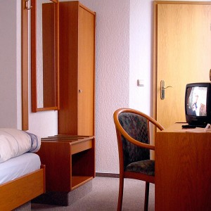 Einbettzimmer in Gotha mit Schreibtisch und TV
